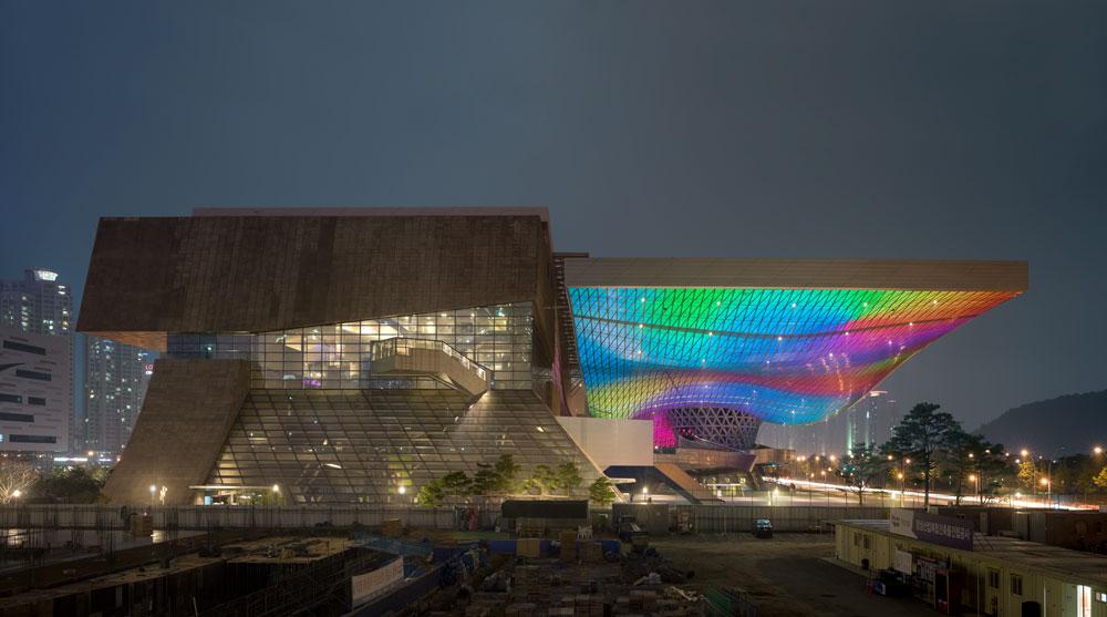 מרכז הקולנוע של בוסאן, המארח מדי שנה את פסטיבל הסרטים החשוב, מציע הקרנות בתנאים יוצאי דופן: אמפי של 4,000 מקומות ישיבה, מסך בגובה 9 קומות, ועוד (צילום: COOP HIMMELB-L-AU)