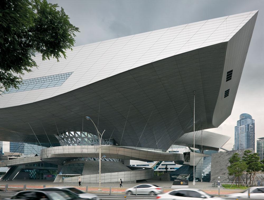 הגג של מרכז הקולנוע הוא המבנה המרחף הגדול בעולם: הוא נתמך בעמוד אחד בלבד ונראה תלוי באוויר. מתחתיו משתרעת כיכר הומה ושוקקת (צילום: COOP HIMMELB-L-AU)