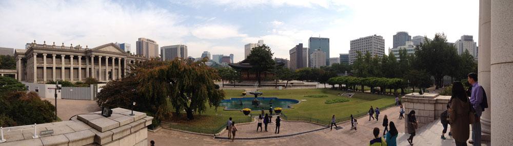 ארמון דאוקסוגונג (Deoksugung Palace) במרכז סיאול, על רקע בניינים מודרניים בבירה. רשת הרכבות התחתיות הגדולה נבנתה בשמונה שנים בלבד (צילום: נטע אחיטוב)
