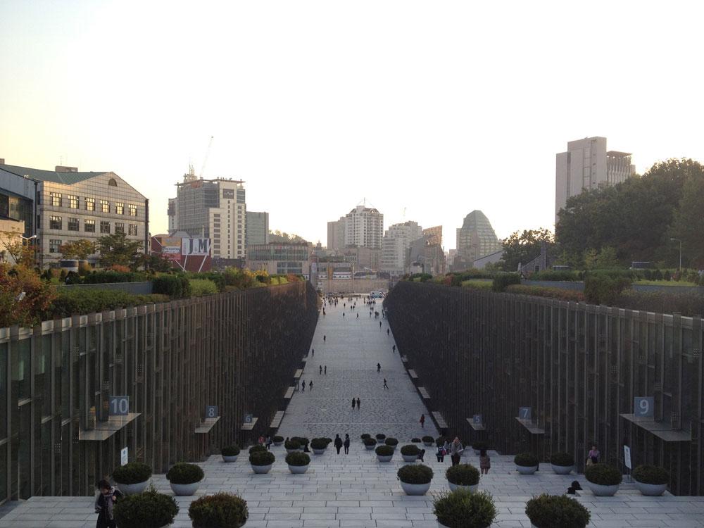 זאת אוניברסיטת הנשים הגדולה בעולם, ואחד המוסדות האקדמיים המוערכים בדרום קוריאה. המבנה הראשי נחתך ויוצר עמק אדיר של סטודנטיות שקדניות (צילום: נטע אחיטוב)