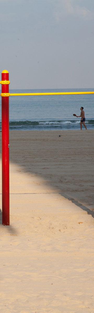 בחוף רויאל ביץ' בתל אביב, הצל היחיד מגיע מהמגדל (צילום: דור נבו)