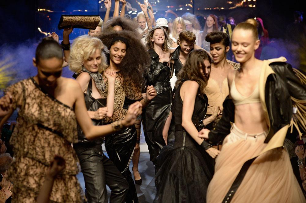 גם יפות וגם רוקדות. דוגמניות בתצוגה האופנה של ז'אן פול גוטייה (צילום: gettyimages)