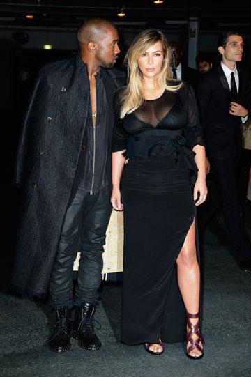 הוא החליט גם על הבלונד. קים קרדשיאן וקניה ווסט בשבוע האופנה בפריז (צילום: gettyimages)