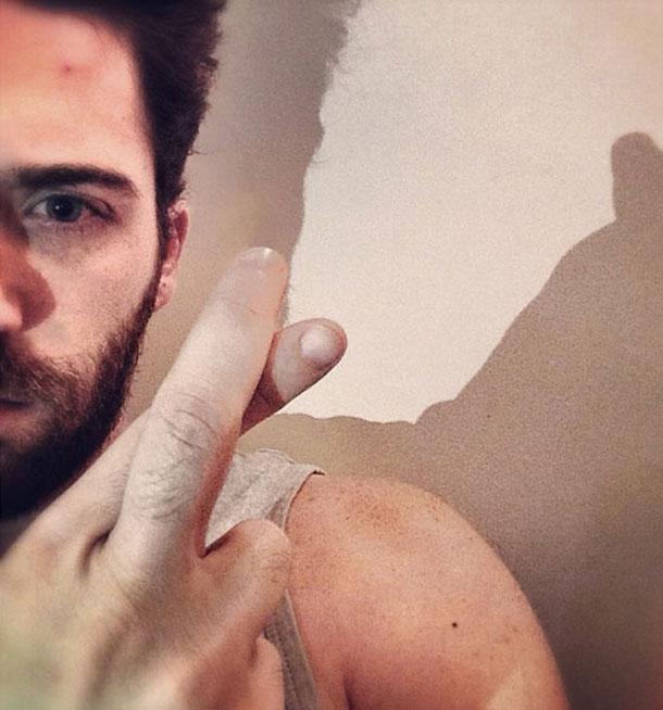 תום אבני באצבעות מוצלבות