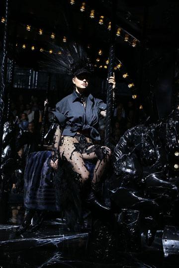 עדיין לא על המסלול. קייט אפטון על הקרוסלה בתצוגה של לואי ויטון (צילום: gettyimages)