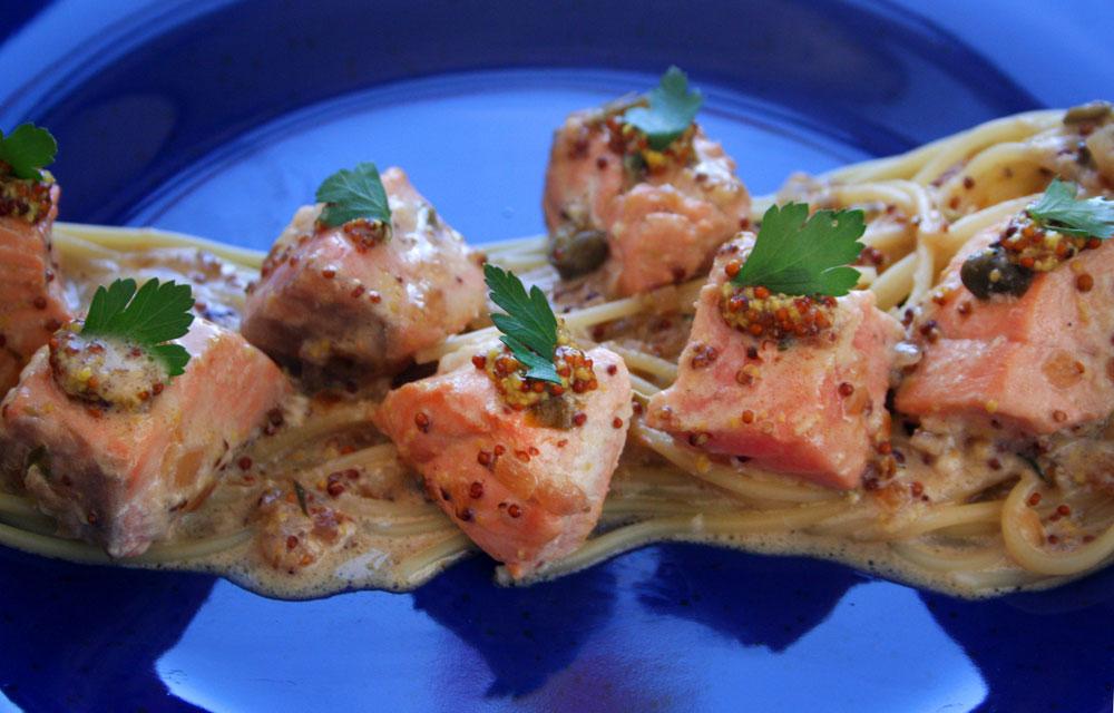 המשקיעים יכולים להוסיף רוטב דגים ומעט גרידת לימון. פסטה עם סלמון מוקפץ בחרדל (צילום: ילנה ויינברג)
