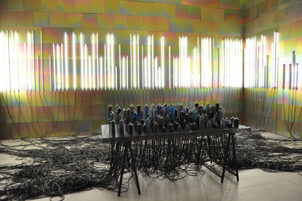 בית העיצוב Established & Sons אירח מיצג של Faye Toogood , שהורכב מ-160 מנורות ניאון שנשלטו דרך מרכזייה של מתגים אנלוגיים (צילום: צביה קגן)
