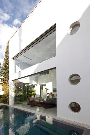 חלון קבוע ושלושה חלונות עגולים לאוורור (צילום: עמית גרון)