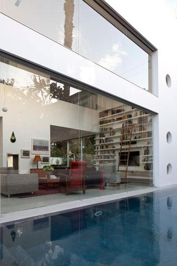 מבט מהבריכה אל החלון הקבוע ודרכו אל הסלון (צילום: עמית גרון)