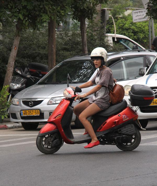 הנעליים משתלבות עם הקטנוע (צילום: ניר פקין)