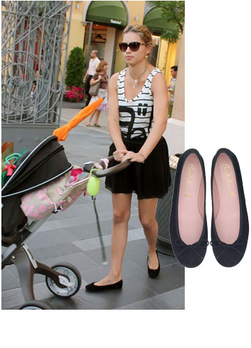 אדריאנה לימה קז'ואלית בנעלי בובה Pretty Ballerinas (מחיר: 790 שקל) (צילום: splashnews/asap creative)