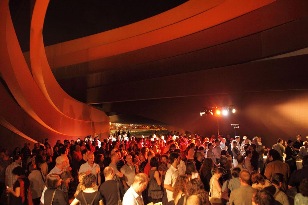 פתיחת שבוע העיצוב בחולון, 2011. קהילת המעצבים כבר שמה את העיר על המפה, בין השאר בזכות האירועים הנוצצים שמתקיימים במוזיאון כמה פעמים בשנה (צילום: אמית הרמן)