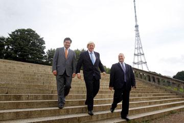 בוריס ג'ונסון (במרכז) עם היזם הסיני (משמאל) וראש מועצת ברומליי, שבתחומה יקום המיזם (צילום: ZhongRong Group)