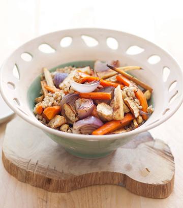 סלט גרעיני שיבולת שועל עם ירקות שורש צלויים ברוטב טחינה (צילום: רן גולני, סגנון: נעמה רן)