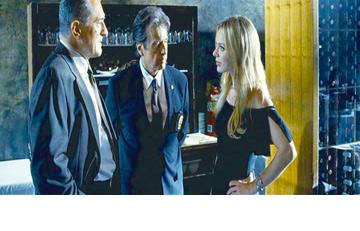 """שירלי לצד רוברט דה נירו ואל פאצ'ינו ב""""רצח מוצדק"""". אבל על מה פאצ'ינו מסתכל בדיוק?"""