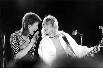 דייויד בואי ומיק רונסון מטפחים מולטים בשנות השמונים (צילום: gettyimages)