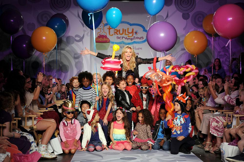 היידי קלום בתצוגת קו בגדי הילדים שלה. אמא פוטוגנית עם ילדים פוטוגניים עוד יותר (צילום: gettyimages)