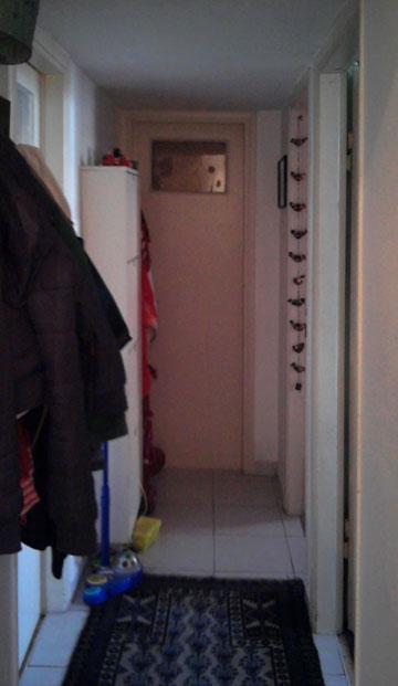 המסדרון וחדר השירותים שבקצהו, ''לפני'' (צילום: BLV  עיצוב פנים)