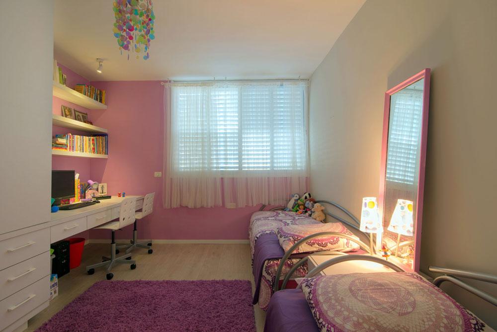 חדרן של שתי הבנות הקטנות. ארון גדול שבו שולבה פינת עבודה נוחה ומספיקה לשתיים (צילום: אילן נחום)