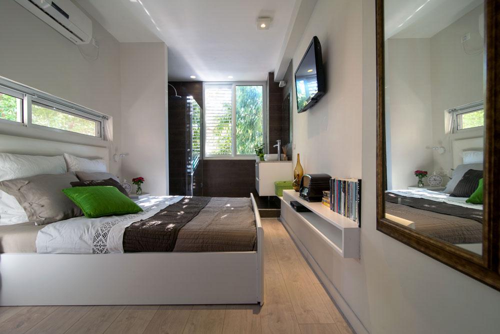 7: טלוויזיה בחדר שינה - לא לכולם זה מתאים, אבל על מוזיקה אין ויכוח. חדר שינה בעיצוב זהר בן לביא (צילום: אילן נחום)