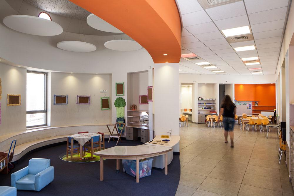 הגן החדש בגני תקווה, בתכנון אדריכלית ססיליה קידר. צבעוניות חזקה ומשמחת, עם שתי כיתות גן שחולקות גינה גדולה משותפת (צילום: טל ניסים)
