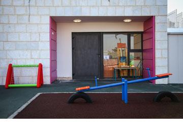 שימוש נרחב בצבע. הגן בשכונת כבביר, חיפה (צילום: אבישג שאר ישוב)