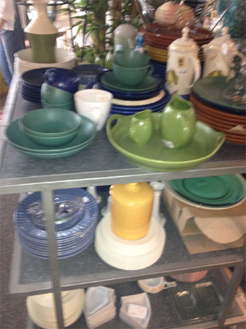 מדף כלים בחצי המחיר ב''מליס'' (צילום: שרון היבש)