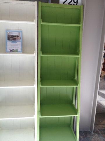 כוננית ספרים ב-1,500 במקום 2,000 שקלים ב''ניו וינטג''' (צילום: שרון היבש)