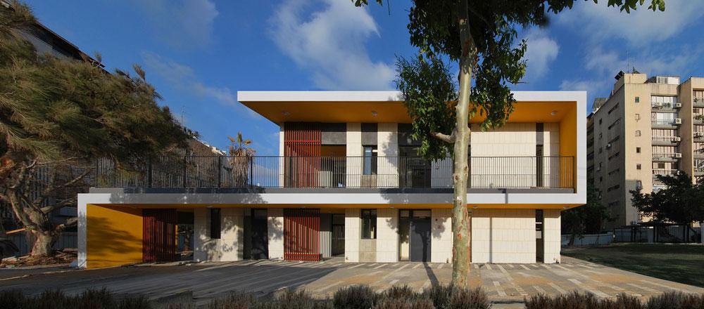 גן הילדים החדש בחולון, בתכנונו של אדריכל ערן זילברמן. עיצוב שמתחשב באקלים, כדי ליצור הצללה מרבית והגנה מפני הגשם והשמש (צילום: ערן זילברמן)