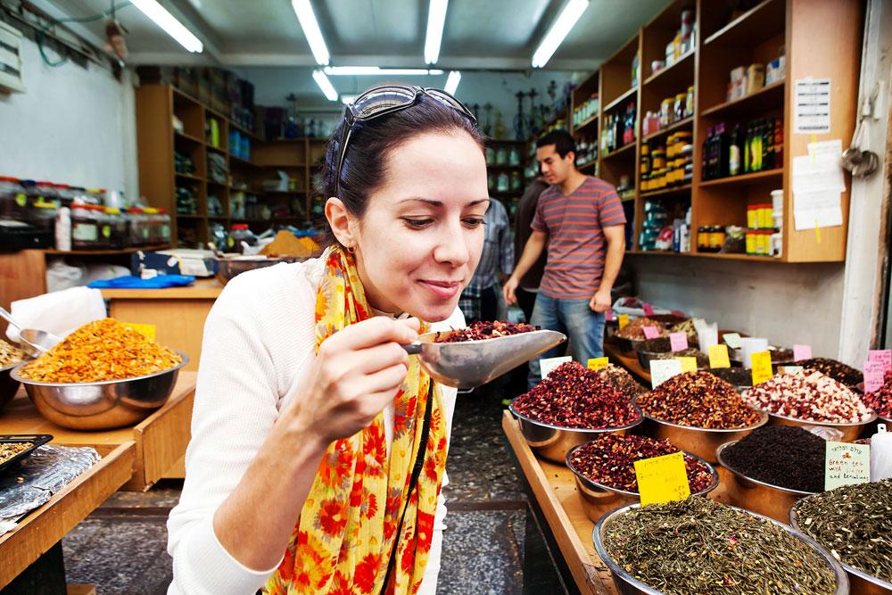 זעתר? מה זה? הבלוגרית ג'ניפר מלו חוקרת חנות תבלינים בשוק מחנה יהודה (צילום: ענבל מרמרי)