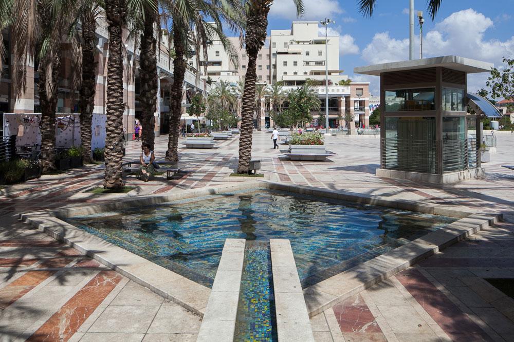 אחד הקניונים העירוניים המוצלחים בישראל - קניון ערים, המשלב מגורים, מסחר וכיכר עירונית - עומד לאבד את בתי הקולנוע. מה יקרה לו? (צילום: טל ניסים )