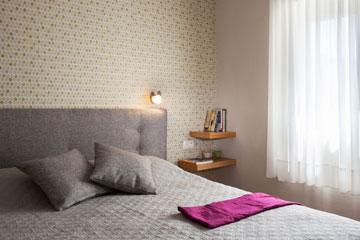 טקסטיל ומדפים א-סימטריים בחדר השינה (צילום: טל ניסים)