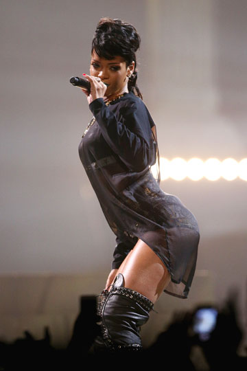 משקיעה בתנועות אגן קצביות. ריהאנה (צילום: gettyimages)