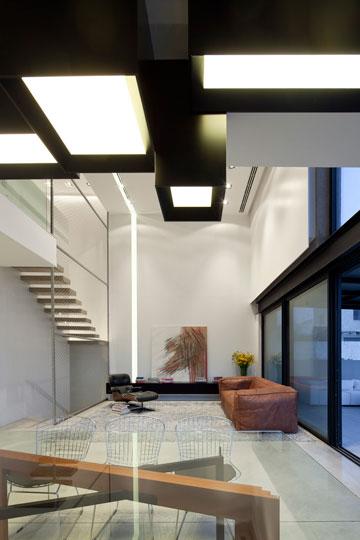 החריץ בקיר ובתקרה מאיר וממזג את החלל (צילום: עמית גרון)