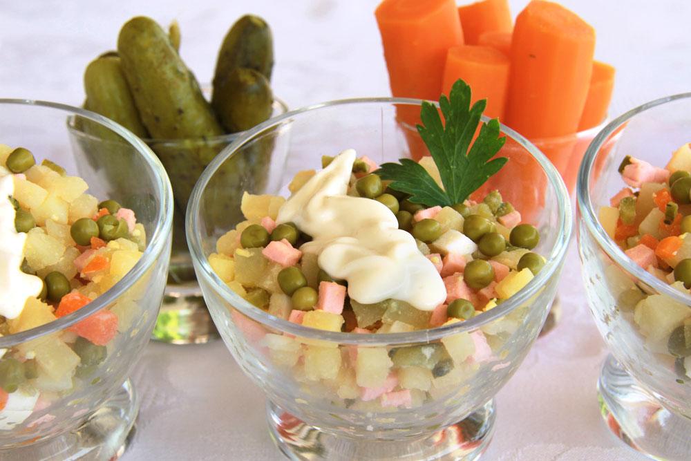 אוליביה - סלט תפוחי אדמה ואפונה עם נקניק (צילום: אסנת לסטר)