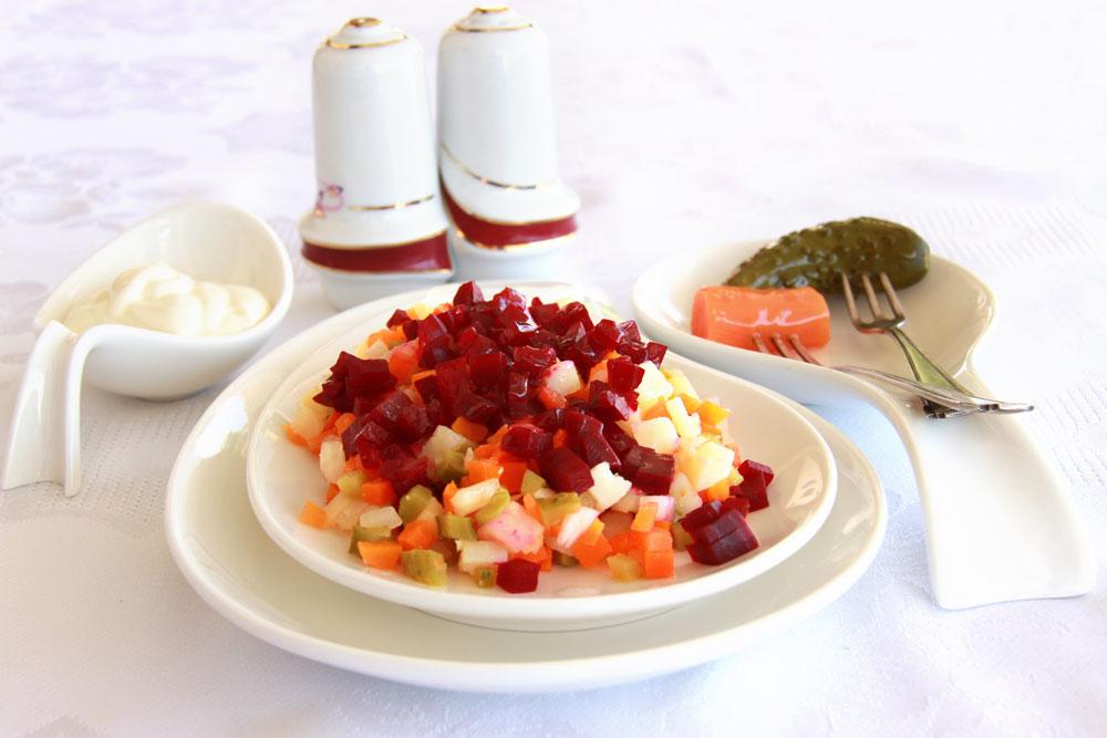סלט ירקות מבושלים עם סלק ומיונז (צילום: אסנת לסטר)