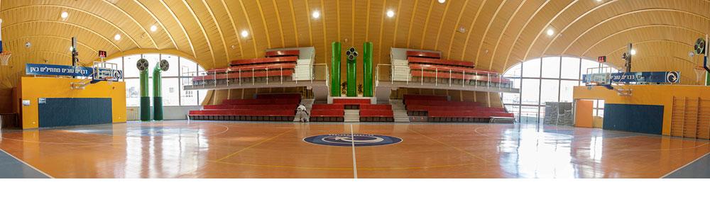 שתי קומות יש לאולם, המשתרע על פני 2,000 מ''ר. הוא משמש למשחקי כדורסל וכדורעף, והכונה היא שישמש את הציבור הרחב ולא רק את התלמידים בשעות הבוקר (צילום: איל תגר)