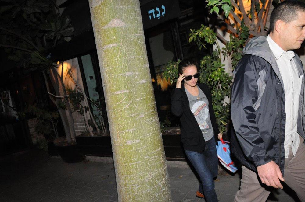 לא אוהבת פפראצי. פורטמן יוצאת מהמסעדה, אתמול (צילום: ברק פכטר)