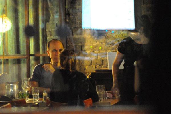 עם אביה, במסעדה (צילום: ברק פכטר)