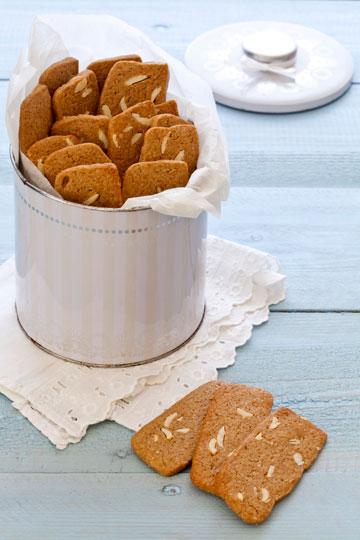 עוגיות סוכר חום ושקדים (צילום וסגנון: אסף אמברם)