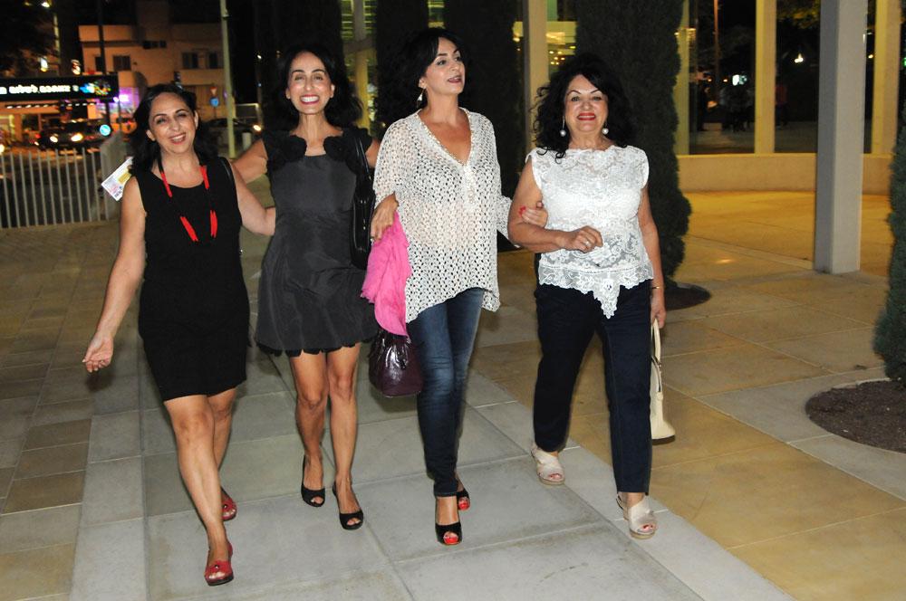 ערב משפחתי. ריטה, אמה ואחיותיה בדרך להיכל התרבות (צילום: ברק פכטר)