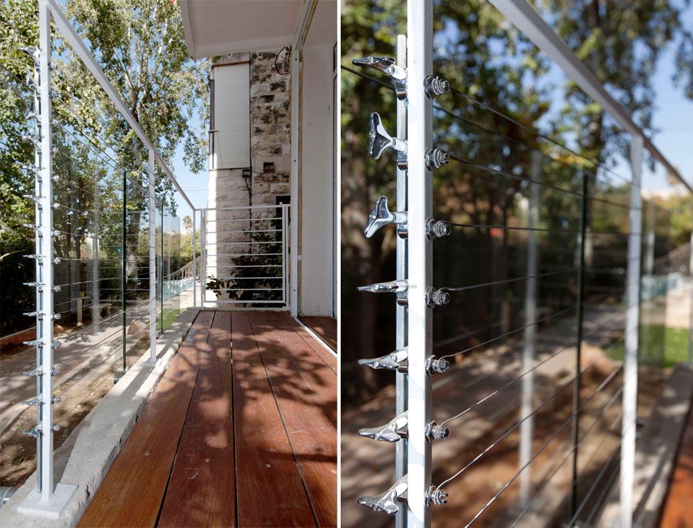 מעקה המרפסת עשוי זכוכית לפי התקן, אך זיק הוסיף לה מעקה מפלדה לבנה, שבין עמודיו מתח מיתרים (צילום: איל תגר)