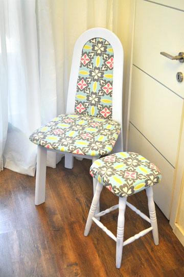 שרפרף וכיסא מסבא וסבתא שרופדו מחדש בבד תואם (צילום: דפי לויאב גופר )