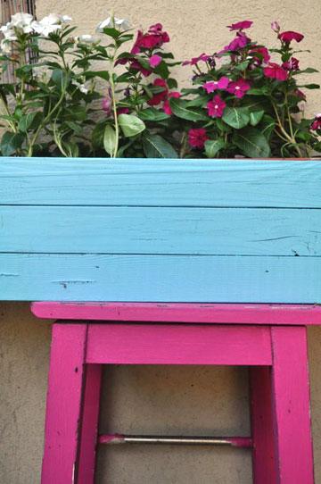 כיסא בר מחודש בחצר הבית (צילום: דפי לויאב גופר )