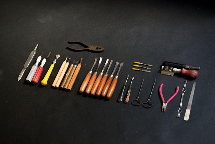 כלי העבודה בעץ של ויסמן: פינצטה, פצירה ומפסלות (צילום: גדעון לוין)