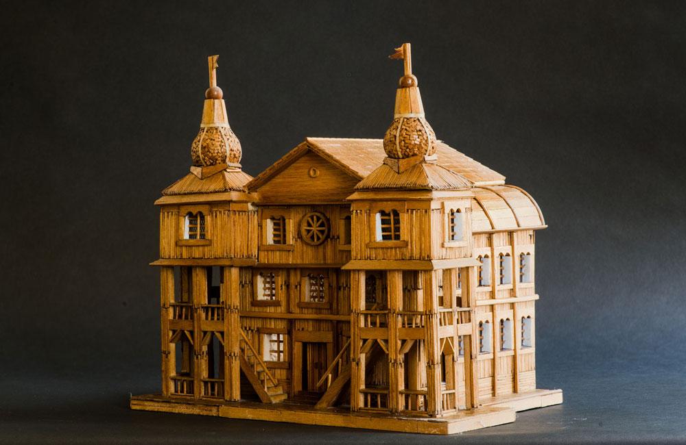 את הדגמים בנה ויסמן לפי תמונות, פרט אחר פרט. בית כנסת שנבנה מעץ ב-1710 בגומביין, עיירה ממערב לוורשה. הוא נשרף ב-1939 (צילום: גדעון לוין)