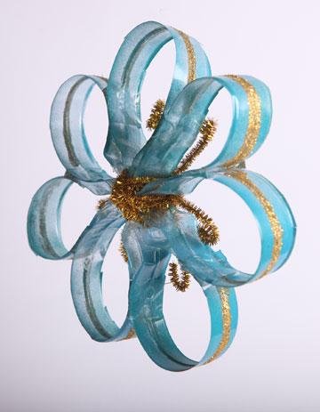 פרח  מבקבוק פלסטיק ומנקה מקטרות (צילום: ענבל עופר)