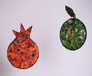 רימון ותפוח מדיסקים ישנים, מצופים בפסיפס ניירות עיתונים (צילום: ענבל עופר)