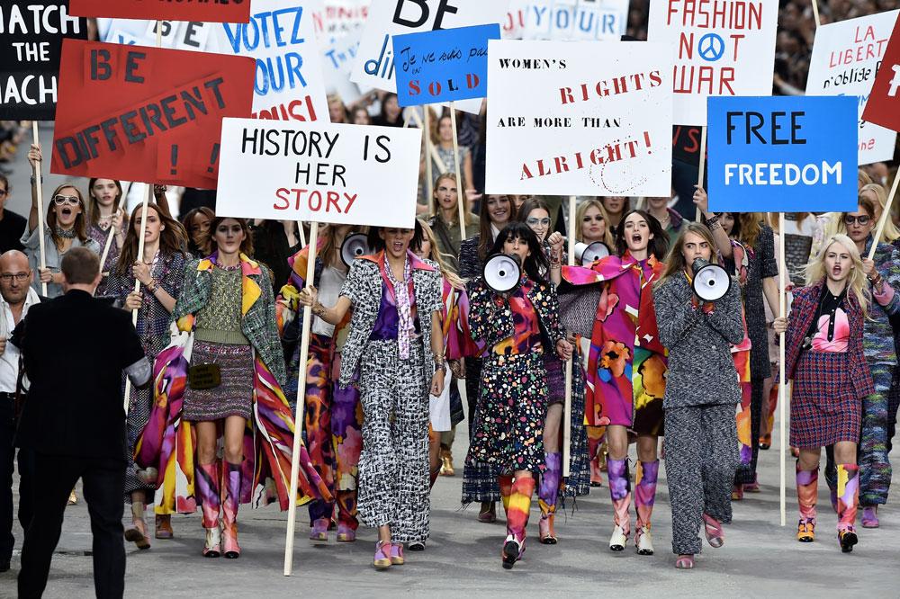 אופנה, לא מלחמה. הפגנה בתצוגה של שאנל (צילום: gettyimages)