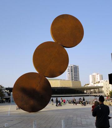 ביקורת על להט לא חסרה, למשל על הקמת הפסל של קדישמן בכיכר הבימה (צילום: Talmoryair, cc)